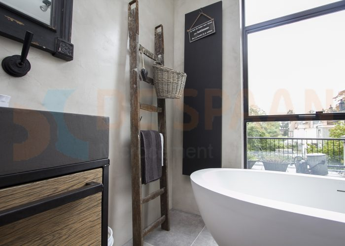Naadloze badkamer betonlook gietvloer